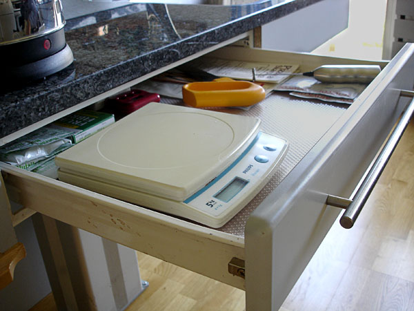 Battery-operated kitchen scale