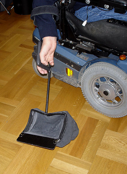 Device for picking things up from floor