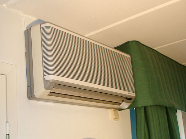 Air-to-air heat pump maintains even temperature