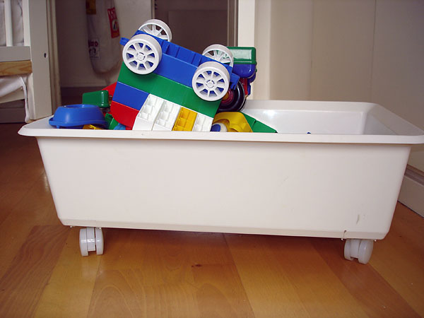 Storage bin on casters