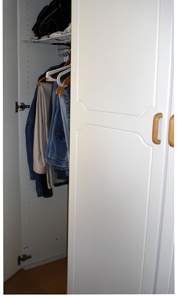 Closet without plinth