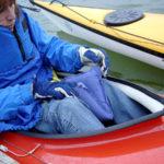 Dyna mellan knäna i båten