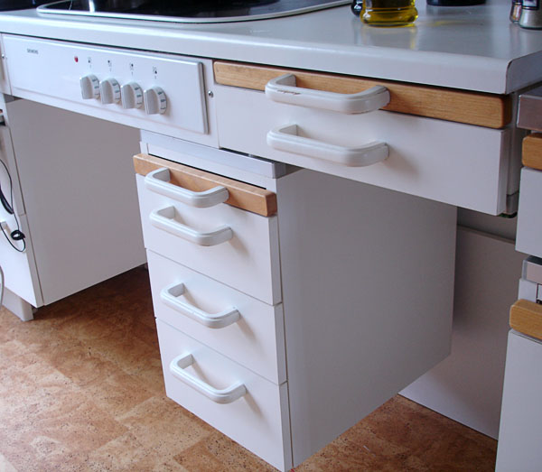 Counter with mobile drawer unit under it