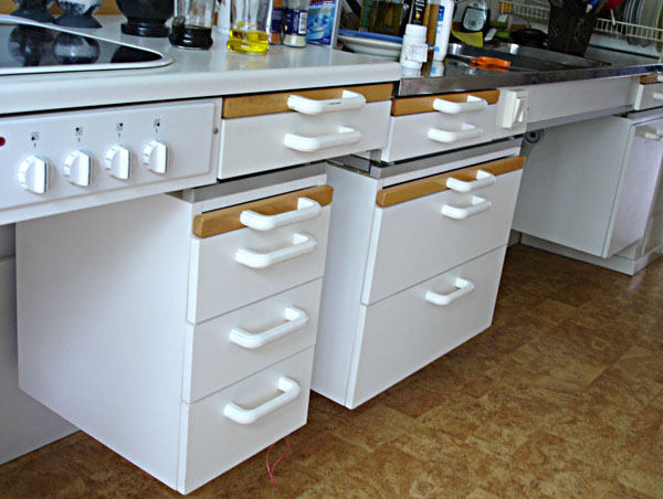 Counter with mobile drawer units under it