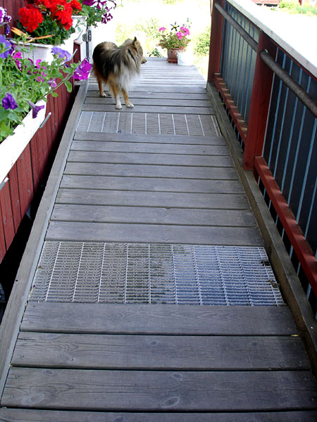 Ramp with railing and built-in metal grate