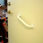 Handtag på dörren som dörrstängare
