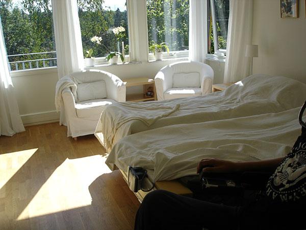 Rymligt ljust sovrum