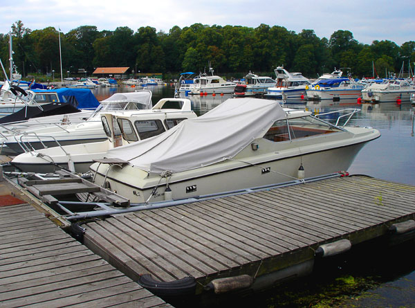 Service dock for motorboat