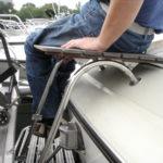 Förflyttning till båt – teakplatta på badstege