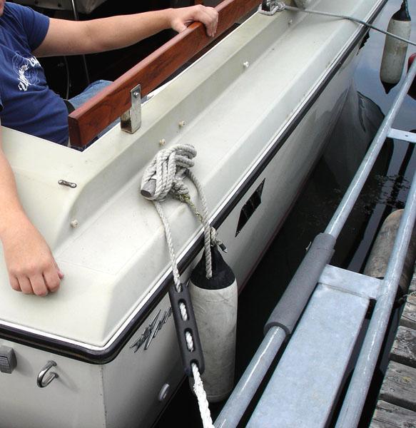Förtöjningstampar och fendrar på båt
