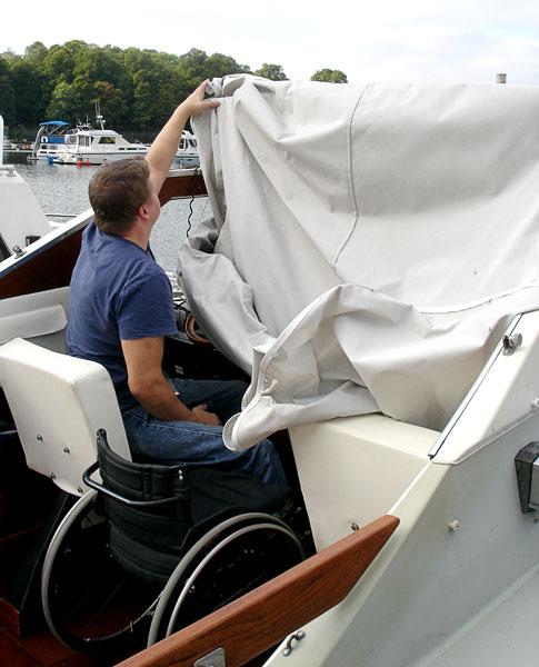 Sätta på och ta av båtkapell