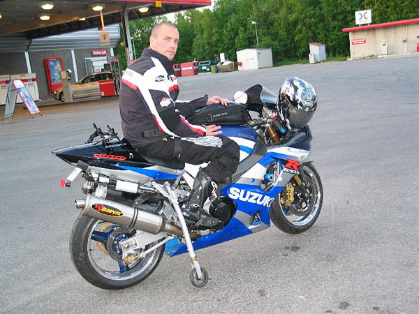 User on motorcycle, support wheels down. Photo: from www.kritto.se