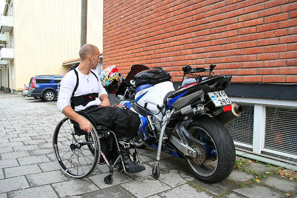 User next to motorcycle. Photo: from www.kritto.se
