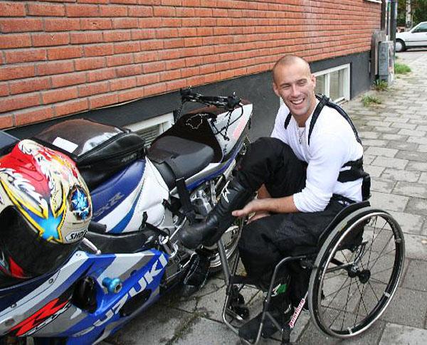 Förflyttning från rullstol till motorcykel