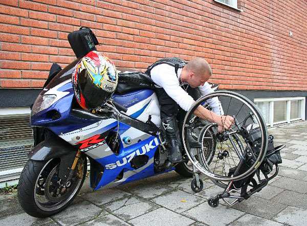 User removes wheelchair wheels. Photo: from www.kritto.se