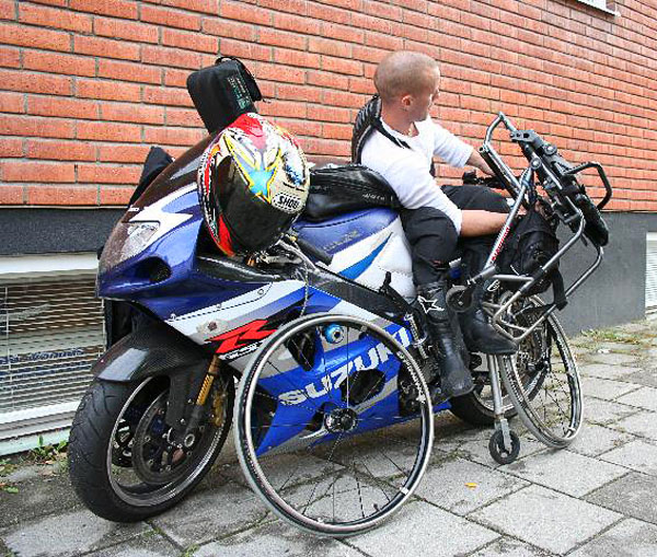 User lifts up the wheelchair onto the motorcycle. Photo: from www.kritto.se