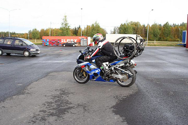 User on motorcycle, support wheels raised. Photo: from www.kritto.se