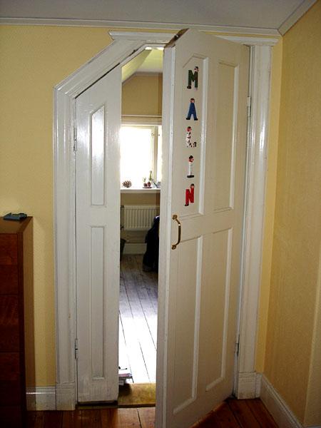 Anpassad dörr för person som använder rullstol