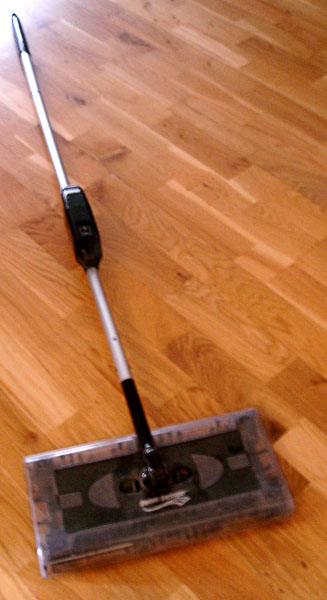 Battery-operated broom