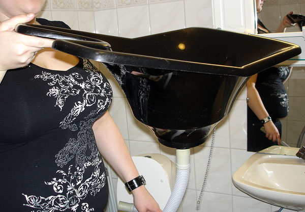 Portable basin for washing hair