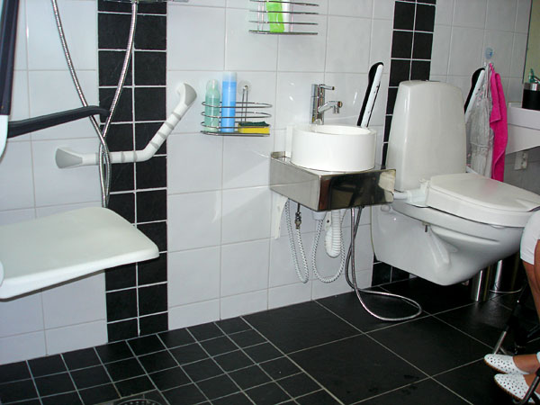 Toilet with extra slide-out washbasin