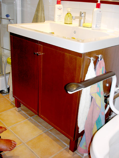 Sink cabinet with closed doors
