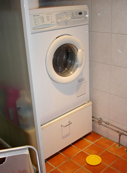 Washing machine on pedestal with drawer