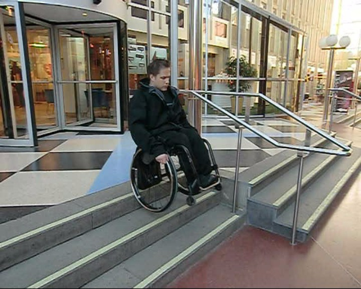 Go down a flight of stairs without handrail in a wheelchair