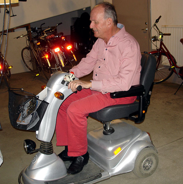 Three-wheel electric scooter