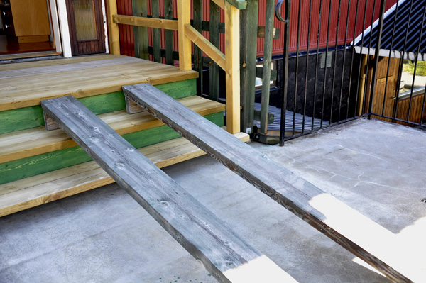 Simple ramp between patio and house. Photo: Katharina Ratzka