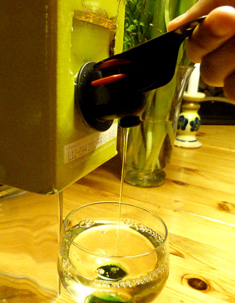 Easy Handle – a handle for the boxed wine