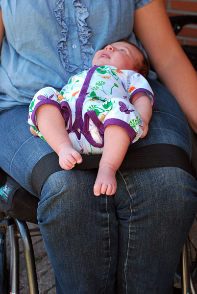 Infant on user's lap. The belt holds the user's knees together. Photo from mammapappalam.se