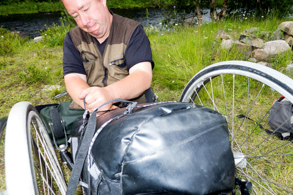 User puts the pack on the wheelchair. Photo: from the user's archives