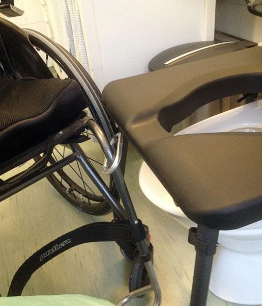 Karbinhake för förflyttning mellan rullstol och toalettstol