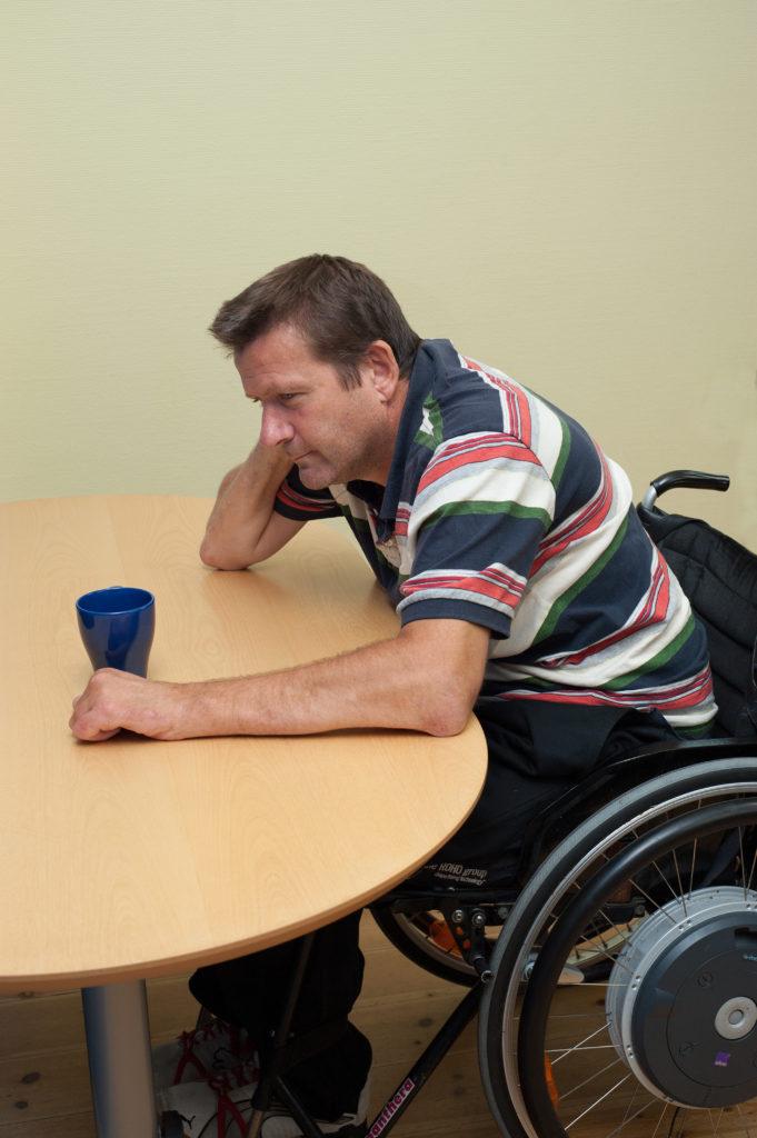 Lägesändra i rullstol: luta mot bord