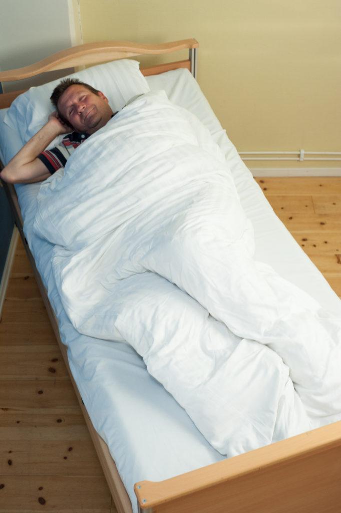Positionering 30 grader i säng med täcke