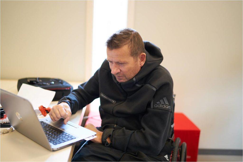 Magnus vid datorn