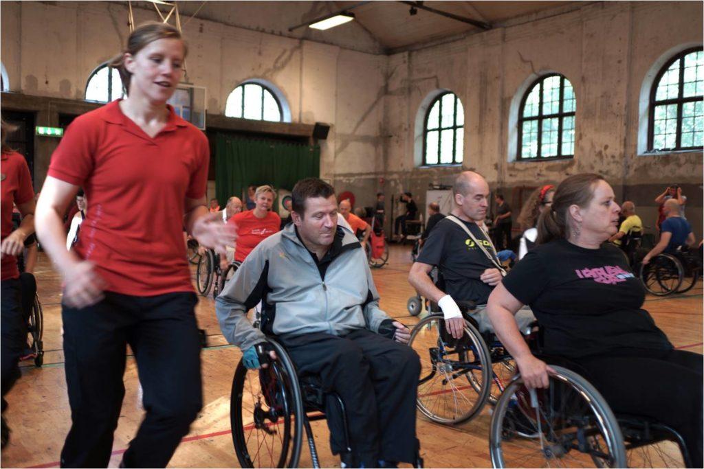 Rehabträning,20 personer i rullstol inomhus