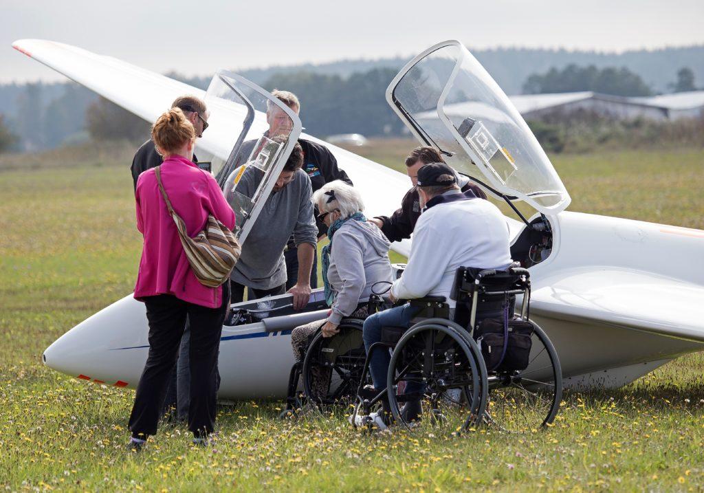 Det anpassade segelflygplanet visas upp för en grupp intresserade personer