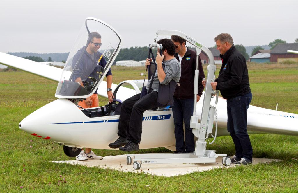 Förflyttning till det anpassade segelflygplanet med en personlyft