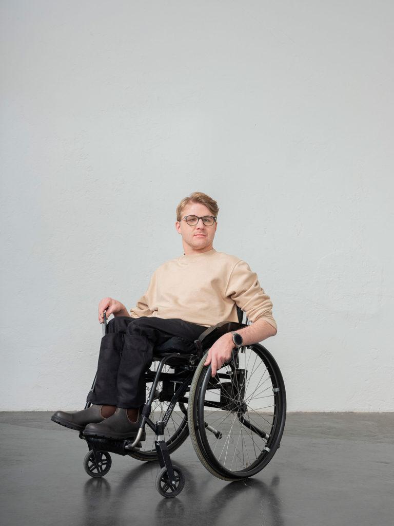 Användaren sittandes i rullstol med sina byxor