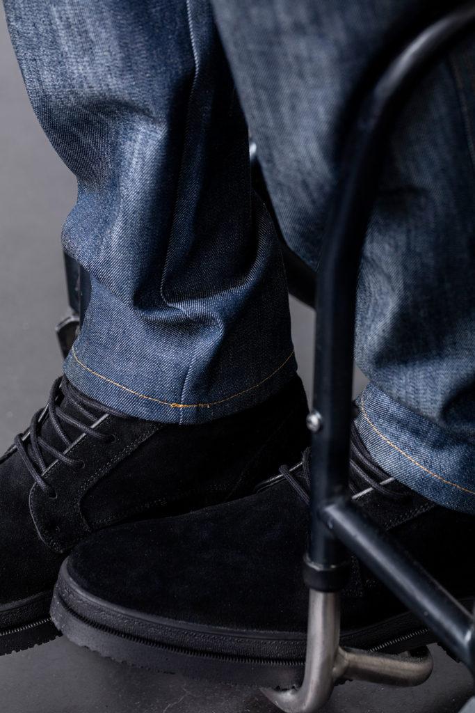 Nederkant på byxben. Byxbenen når ner till skorna.