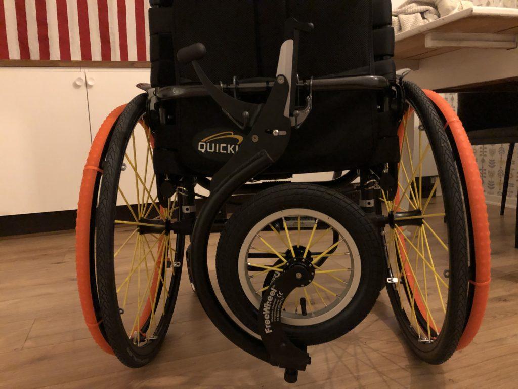 Freeweel fastsatt på kroken som sitter på rullstolens ryggbåge