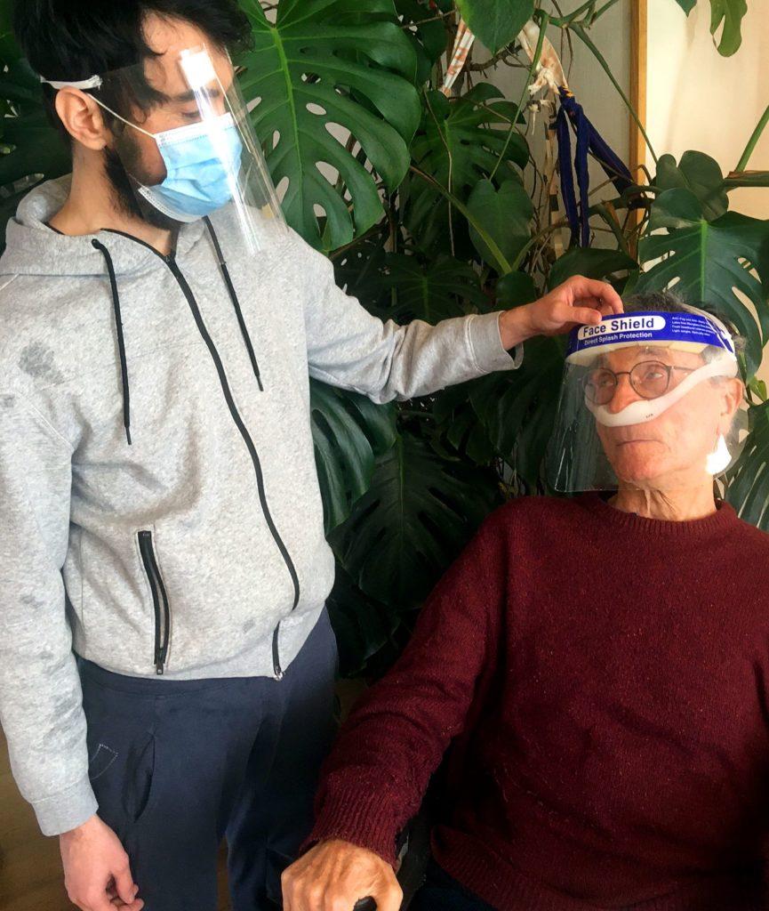Assistent med munskydd och visir, användare med visir