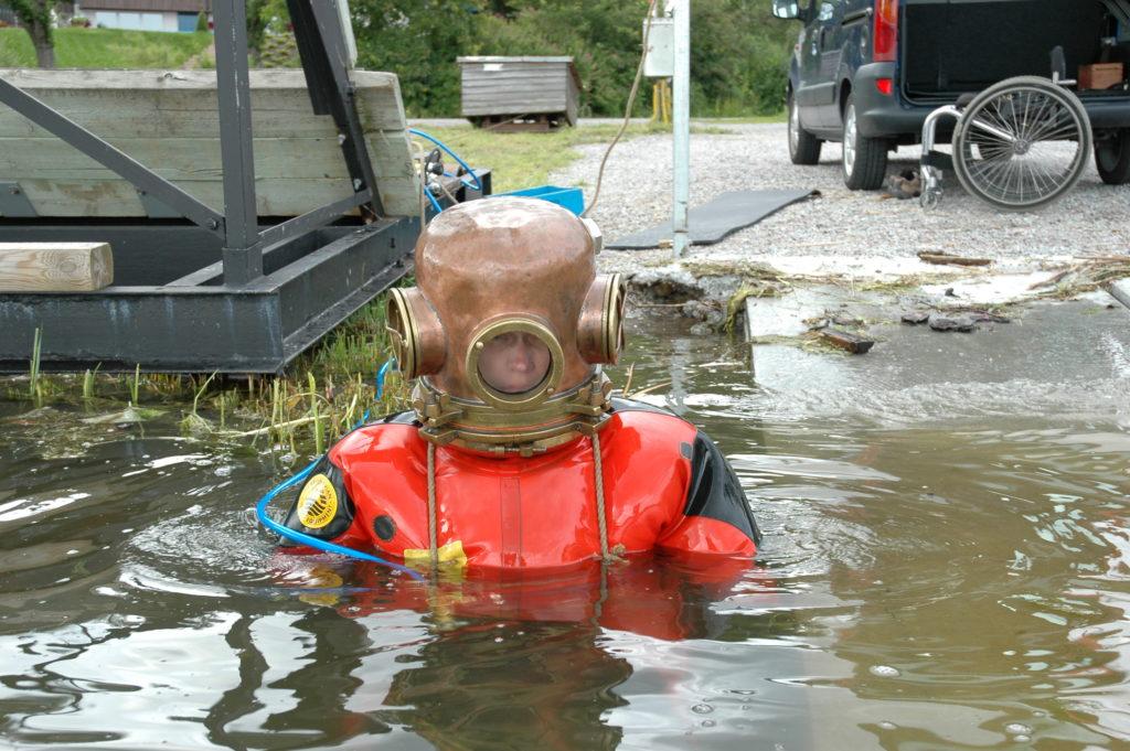Användaren med Emil Karlsson hjälmen på, på vag att dyka