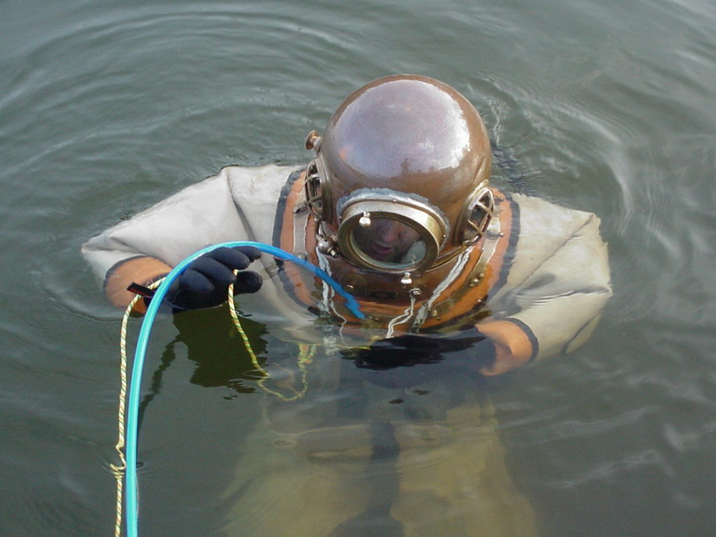 Användaren i vatten med Yokohama hjälm på